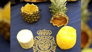 Un cylindre de cocaïne découvert dans un ananas vidé, à Madrid, le 27 août 2018. (POLICE ESPAGNOLE / AFP)