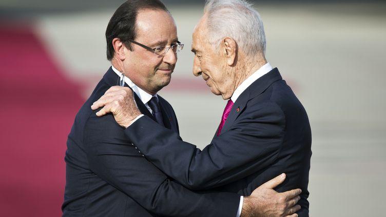 François Hollande etson homologue israélien Shimon Peres, le 17 novembre 2013, à l'aéroport de Tel Aviv (Israël). (JACK GUEZ / AFP)