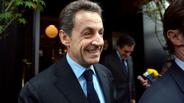 Nicolas Sarkozy sort d'un restaurant parisien, le 24 octobre 2012. (ERIC FEFERBERG / AFP)