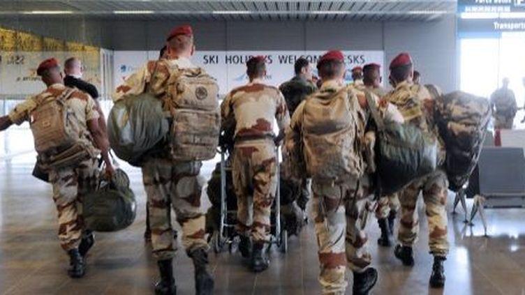 Les parachutistes du 1er RCP, basé à Pamiers, et du 35e RAP (artillerie parachutiste) de Tarbes arrivent du Mali à l'aéroport deToulouse-Blagnac,le 11 avril 2013. (AFP PHOTO / ERIC CABANIS)