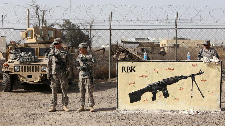 Des militaires américains entraînent des soldats irakiens dans la base de Taji, au nord de Bagdad (Irak), le 7 janvier 2015. (AHMAD AL-RUBAYE / AFP)