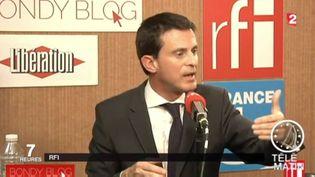 Le Premier ministre Manuel Valls au micro de RFI, le 28 octobre 2015. (RFI / FRANCE 2)