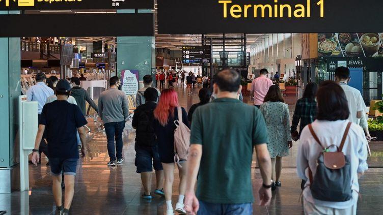 Le hall des départs à l'aéroport de Singapour, le 15 mars 2021. (ROSLAN RAHMAN / AFP)