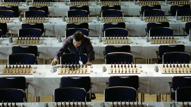 Un homme installe les jeux d'échecs lors d'un tournoi à Dresde (Allemagne), le 2 avril 2007. (MICHAEL HANSCHKE / REUTERS)