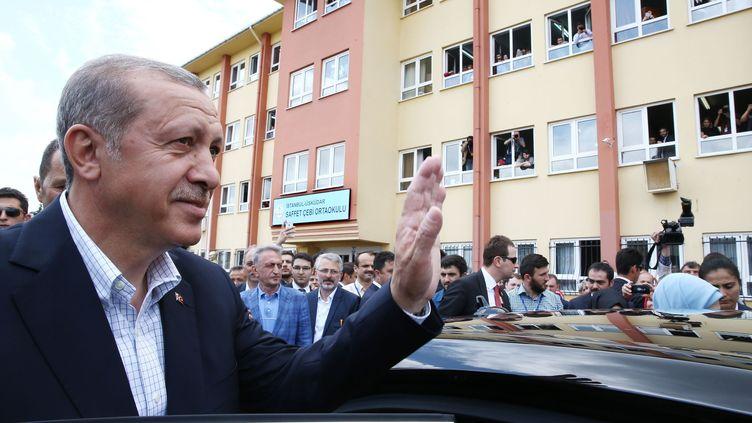 Le président turc, Recep Tayyip Erdogan, salue la foule, à Istanbul (Turquie), le 7 juin 2015. (YASIN BULBUL / AFP)