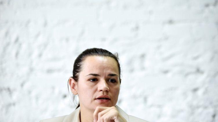 Svetlana Tikhanovskaïa lors d'une conférence de presse à Minsk (Biélorussie), le 10 août 2020. (SERGEI GAPON / AFP)