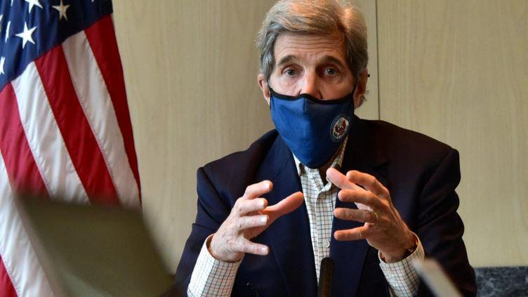 John Kerry, en charge du climat dans l'administration Biden, lors d'une conférence à l'ambassade américaine à Séoul (Corée du Sud), le 18 avril 2021. (HANDOUT / US EMBASSY IN SEOUL / AFP)