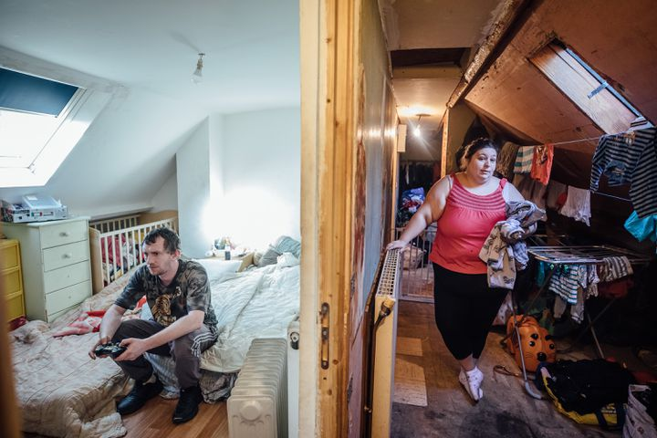 Loïc et Aurélie Duval dans leur maison de Berneuil-sur-Aisne (Oise), le 16 janvier 2020. (PIERRE MOREL / FRANCEINFO)