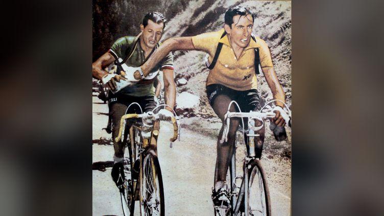 Gino Bartali (à droite, en jaune) et Fausto Coppi, lors du Tour de France 1949. (EPA PHOTO/ANSA/HAND OUT/MAXPPP)