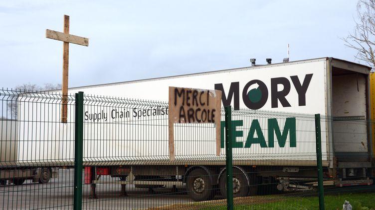 Une croix et un message ironique sur le grillage du site Mory Ducros de Saint-Jacques-de-la-Lande (Ille-et-Vilaine), menacé de fermeture, le 28 janvier 2014. (DAMIEN MEYER / AFP)
