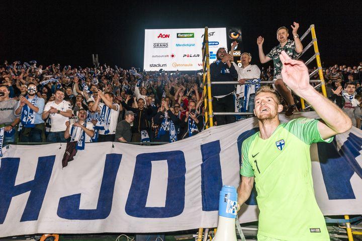 Le gardien Lukas Hradecky arrangue des fans après la victoire de la Finlande face à la Hongrie en 2018. (ANTTI YRJONEN / NURPHOTO)