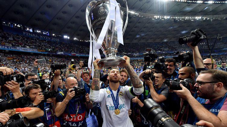 Sergio Ramos célèbre avec le trophée après avoir remporté la finale de la Ligue des Championsface àLiverpool au stade NSC Olimpiyskiy à Kiev, en Ukraine, le 26 mai 2018. (GEORGI LICOVSKI / MAXPPP)