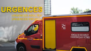Un camion de pompiers à l'entrée d'un service des urgences à Nantes, le 30 avril 2019. (LOIC VENANCE / AFP)
