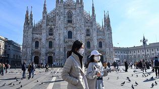 Des touristes sur la place du Dôme, le 24 février 2020 à Milan (Italie). (ANDREAS SOLARO / AFP)