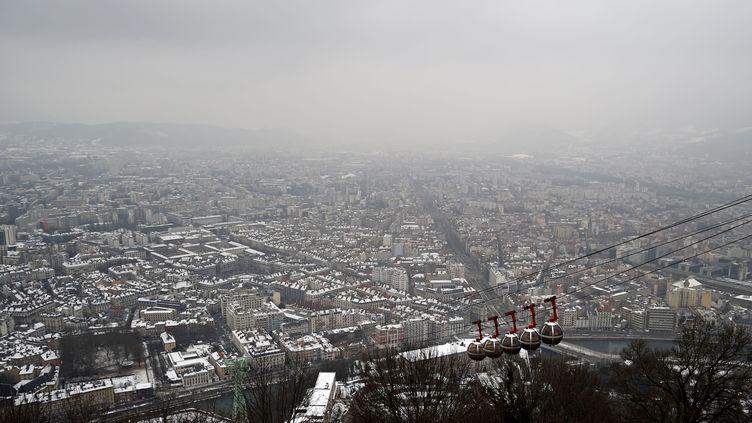 Grenoble (Isère), sous un nuage de pollution, le 24 janvier 2017. (JEAN-PIERRE CLATOT / AFP)