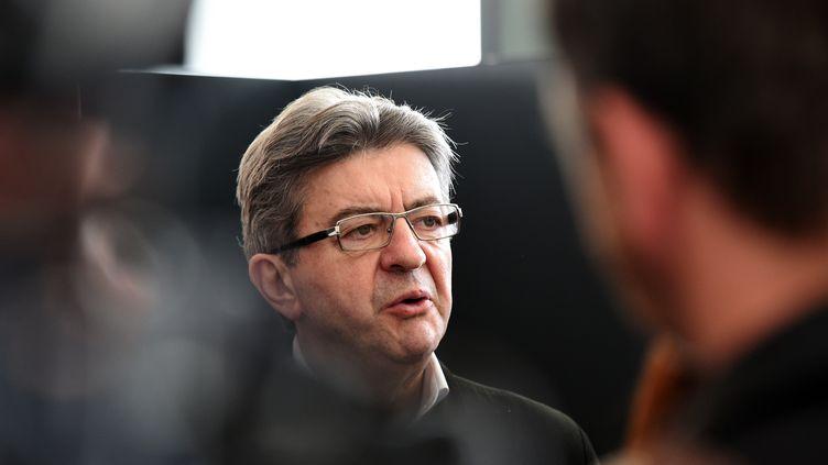 Jean-Luc Mélenchon répond aux questions de journalistes lors de sa visite à l'université de Lille-I, le 11 avril 2017, à Villeneuve-d'Ascq (Nord). (FRANCOIS LO PRESTI / AFP)