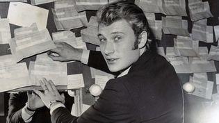Johnny Hallyday le 9 juin 1966 dans sa loge de l'Olympia, à Paris. (KEYSTONE PICTURES USA / AFP)