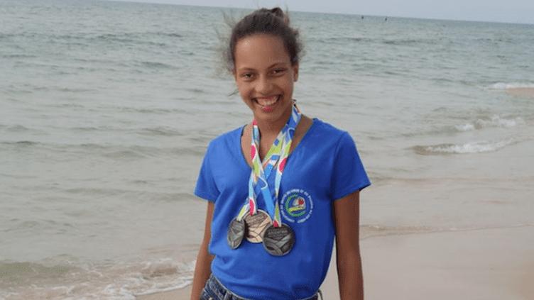 Marine Eraville avec ses médailles obtenues aux jeux mondiaux des transplantés. Photo prise en 2015. (© Sylvie Eraville)