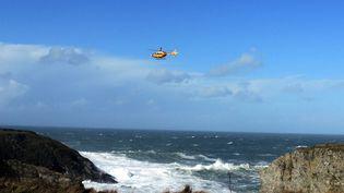 L'hélicoptère de la sécurité civile lors des opérations de recherche, le 28 octobre 2013 à Belle-Ile-en-Mer (Morbihan). ( MAXPPP)