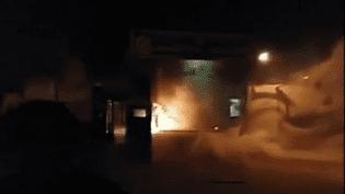 Un commissariat de police est pris d'assaut par des manifestatns àQahderijan, dans le centre de l'Iran, selon une vidéo diffusée lundi 1er janvier 2018 sur les réseaux sociaux. (Capture d'écran / Reuters)