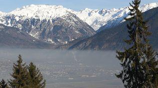 La ville de Sallanches, dans la vallée de l'Arve (Haute-Savoie), lors d'un pic de pollution, le 8 janvier 2013. (MAXPPP)