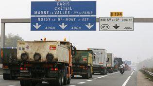 Des camions bloquent une autoroute près de Lognes (Seine-et-Marne), pour protester contre l'écotaxe, le 16 novembre 2013. (PATRICK KOVARIK / AFP)