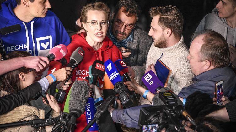 La candidate à l'élection présidentielle russeKsenia Sobchak répond à la presse après un meeting à Moscou, le 15 mars 2018. (ALEXANDER NEMENOV / AFP)