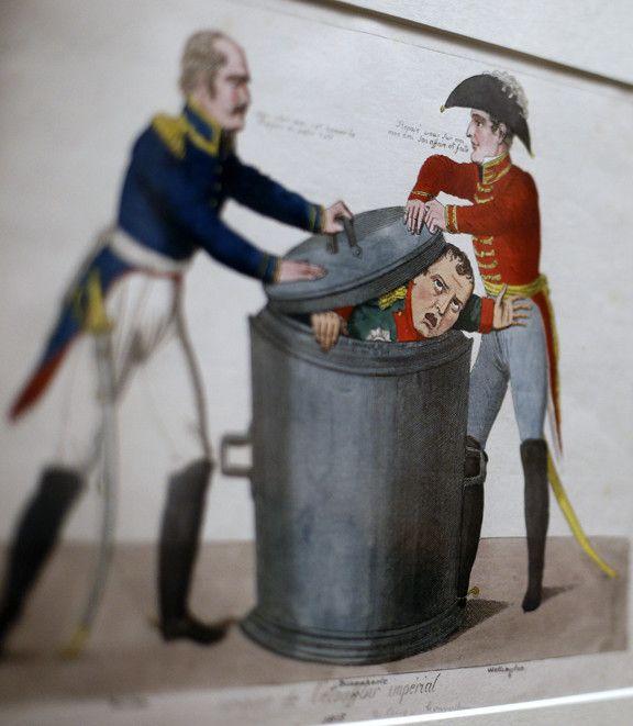 Détail d'une caricature de Napoléon de 1815, dans laquelle on voit Wellington presser le couvercle d'une poubelle sur l'Empereur, au British Museum  (Adrian Dennis / AFP)