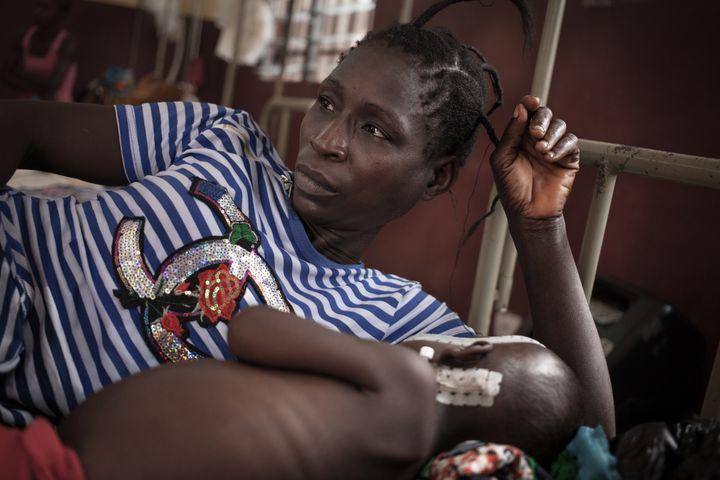 Une mère veille sur son bébé né séropositif à l'hôpital de Bangui, le 4 décembre 2018. (FLORENT VERGNES / AFP)