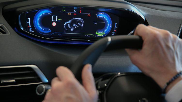 Un homme au volant d'une voiture électrique. (PIERRE HECKLER / MAXPPP)