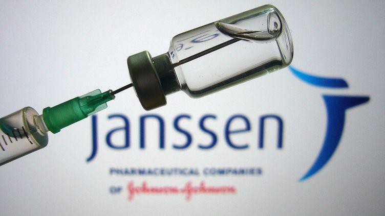 Une image d'illustration du vaccin de Janssen produit par le laboratoire américainJohnson & Johnson. (FRANK HOERMANN / AFP)