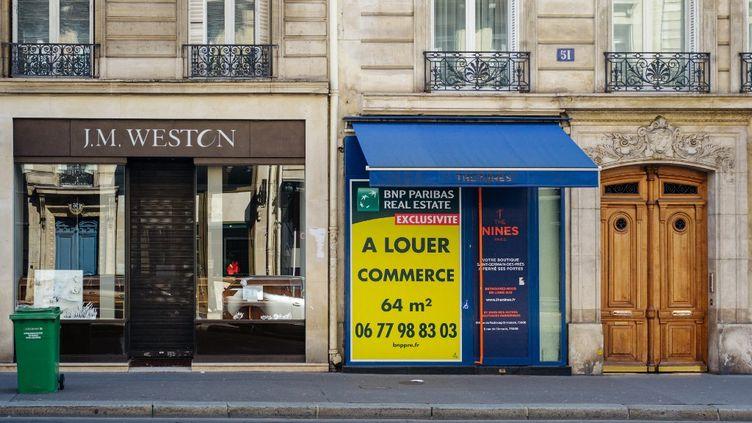 Des magasins fermés durant les mesures de confinement adoptées pour limiter la propagation du Covid-19, le 13 avril 2021 à Paris. (HERVE CHATEL / HANS LUCAS / AFP)
