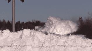 Un train de marchandise fait voler des tonnes de neige sur son passage, mardi 3 février non loin de Salisbury, dans la province du Nouveau-Brunswic (Canada). (CONTAINERMAN2 / YOUTUBE)