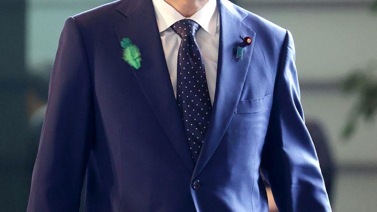 Le Premier ministre japonais, Shinzo Abe, arrive à son bureau, le 16 avril 2020, à Tokyo. (STR / JIJI PRESS)