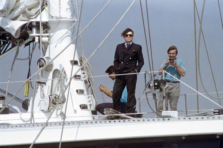 """L'homme d'affaires prend la pose sur son quatre-mâts,le """"Phocea"""", en 1988. (BILL SWERSEY / AFP)"""
