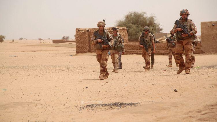 Des soldats français de l'opération Barkhane patrouillent à pied dans un village du nord du Mali le 17 mai 2017. (SEBASTIEN RIEUSSEC / HANS LUCAS / AFP)