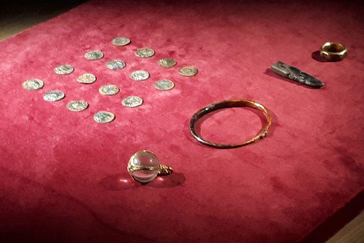 """Des objets du """"trésor"""" viking découvert par deux chercheurs de métaux condamné pour dissimulation, 22 novembre 2019 (WEST MERCIA POLICE/ AFP)"""