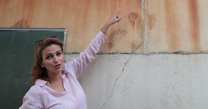 Kaouther Ben Mohamed montre une fissure dans la cour d'un immeuble de la rue d'Aubagne, le 28 octobre 2019. (VIOLAINE JAUSSENT / FRANCEINFO)
