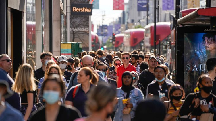 Des piétons sur Oxford Street, l'artère commerciale le plus fréquentée du centre de Londres, le 7 juin 2021. (NIKLAS HALLE'N / AFP)