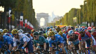 Le peloton sur les Champs-Elysées, lors de l'arrivée du Tour de France 2020, le 20 septembre 2020. (MARCO BERTORELLO / AFP)