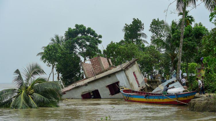 Une maison partiellement effondrée au Bangladesh, le 13 septembre 2018. (MUNIR UZ ZAMAN / AFP)