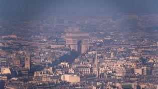 Lors d'unpic de pollution aux particules fines à Paris, le 29 décembre 2016. (LIONEL BONAVENTURE / AFP)