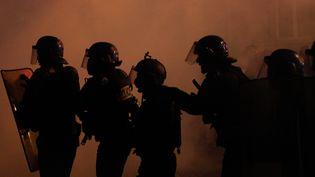 """Les forces de l'ordre ont du faire face à de nombreux débordements jusque dans la soirée lors de la manifestation des """"gilets jaunes"""", le samedi 1er décembre 2018 à Paris. (GEOFFROY VAN DER HASSELT / AFP)"""