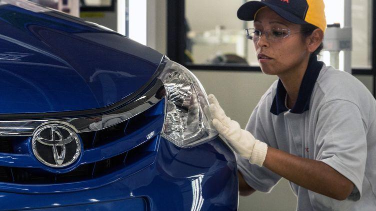 Une salariée de Toyota dans une usine du constructeur japonais, à Sorocaba,au Brésil, le 9 août 2012. (YASUYOSHI CHIBA / AFP)