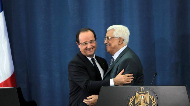 Le président de la République Française, François Hollande, et le président de l'Autorité palestinienne, Mahmoud Abbas, le 18 novembre 2013 à Ramallah (Palestine). (ABBAS MOMANI / AFP)