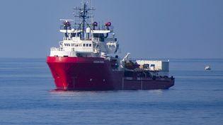 """Le navire """"Ocean Viking"""" au large de l'île italienne de Lampedusa, le 16 septembre 2019 (ALESSANDRO SERRANO / AFP)"""