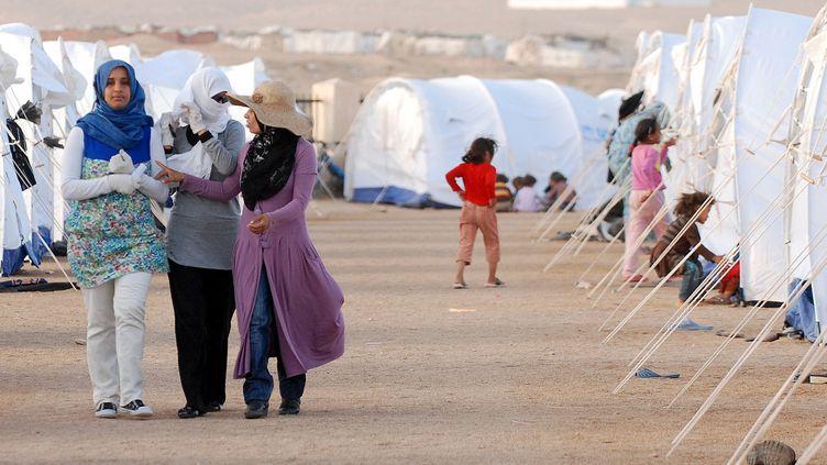 Des réfugiés libyens dans un camp près du poste frontière Sud de Dehiba, à environ 200 km au sud de Ras Jdir, en Tunisie, le 25 avril 2011. (BORNI HICHEM / AFP)