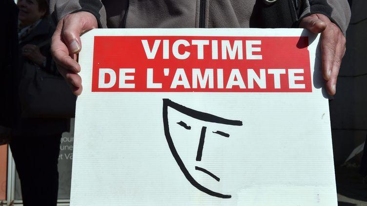 Des victimes de l'amiante, des veuves et leurs proches se remettent en marche mardi 4 avril à Dunkerque, pour réclamer un procès et des condamnations. (MAXPPP)
