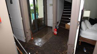 L'Hotel Bapstitin, au Lavandou (Var), dévasté par une coulée de boue. (LAURENT MARTINAT / MAXPPP)