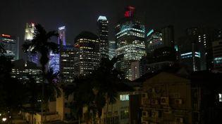 Singapour, de nuit vu du quartier Chinatown, à l'arrière de la skyline et de Marina Bays (Photo Emmanuel Langlois)